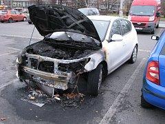 Požárem zničené auto.