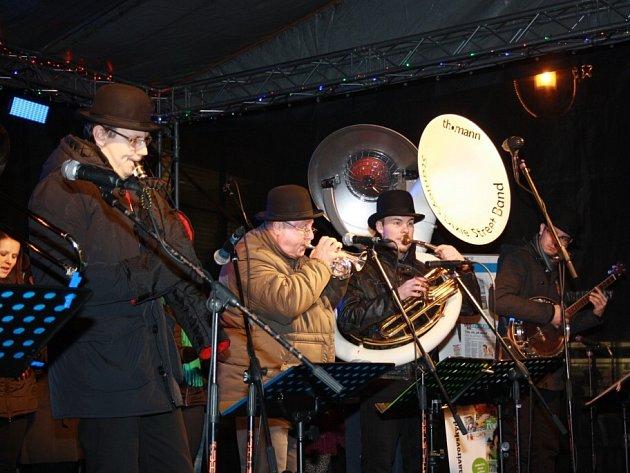 Česko zpívá koledy v Havířově. Pěvecký soubor Canticorum a Stanleys Dixie Street Band.