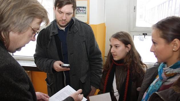 Jiří Baron přebírá dokumenty od jedné ze studentek, která si našla novou školu sama.
