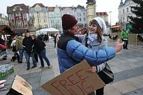 Předvánoční studentská objímací akce v Ostravě. Archivní snímek.
