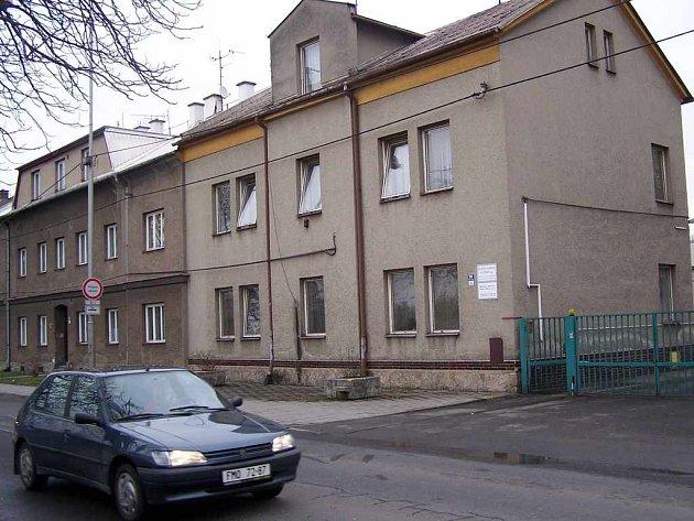 Budovu bývalého bytového podniku v Tovární ulici v centru města vybrali radní jako sídlo budoucího azylového domu. Sousedům se to ale nelíbí.