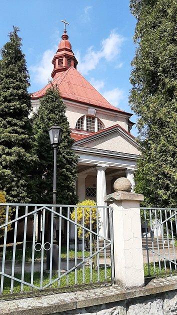 Zdi ve kapli na hřbitově vČeském Těšíně napadla vlhkost, se kterou si zatím nikdo neví rady. Zastupitelé nabádají vedení města, aby situaci urychleně řešilo.