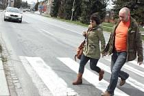 Viditelné propadliny na přechodu pro chodce v ulici Rudé armády a také o kus dál přímo v silnici. Vše má být vyspraveno letos v létě.