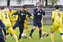 Na mokrém terénu a v dešti vyhrály Dětmarovice nad Krnovem (ve žlutém).