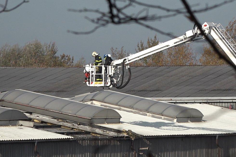 Vyšetřovatel hasičů si způsobil smrtelný úraz, když propadl střechou poškozenou požárem.