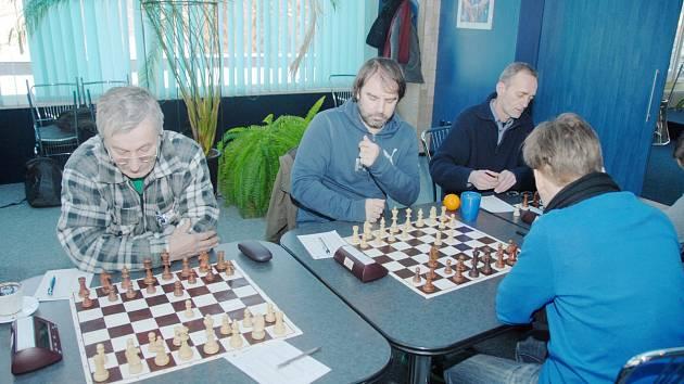 Josef Lys (na snímku vlevo) získal v utkání s Brnem jediné vítězství. Porazil Josefa Kratochvíla.