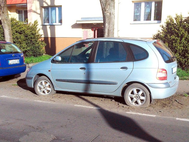 Nepojízdná auta nejen zabírají místo k parkování dalším řidičům, ale překážejí například při úklidu ulic. Vůz na snímku stojí už měsíce na stejném místě v Karviné-Ráji.