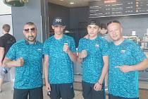 Boxeři v Rumunsku. David Polák druhý zprava, jeho trenér Jaroslav Kubíček zcela vlevo.