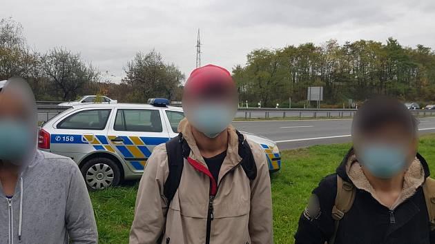 Čtyři muže afgánského původu, kteří nelegálně pobývali v Česku, zadrželi policisté poblíž Českého Těšna. Přijeli tam v návěsu kamionu cizí státní značky.