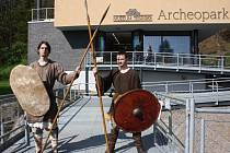 Archeopark Chotěbuz v pátek slavnostně otevřel po dvouleté pauza své brány pro všechny, kdo se podíleli na výstavbě jeho nových částí, pro představitele kraje i další investory a podporovatele této aktivity, ale také pro zástupce odborné veřejnosti.