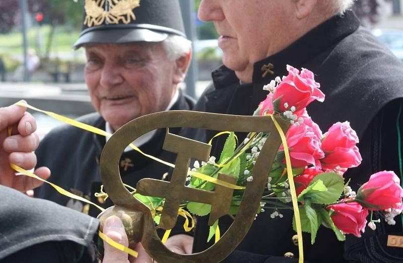 Na Univerzitním náměstí v Karviné se v sobotu před polednem konal u příležitosti letošních Hornických slavností konal pietní akt jak o vzpomínka na horníky, kteří zahynuli při práci v dolech.