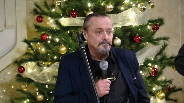 Martin Pawera na vernisáži své výstavy a svých žáků v Havířově.