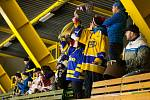 Orlovští hokejisté (v bílém) se loučili se sezonou porážkou.