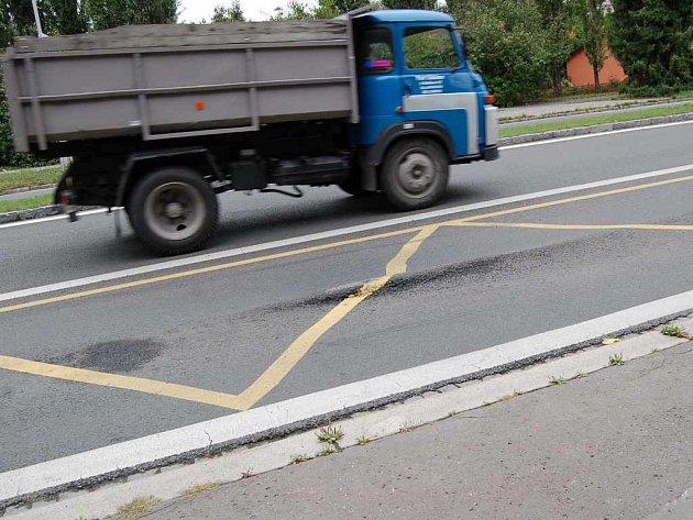 Nerovnosti na asfaltovém povrchu u autobusových zastávek prý brzy zmizí. Alespoň to tvrdí  odpovědní lidé.