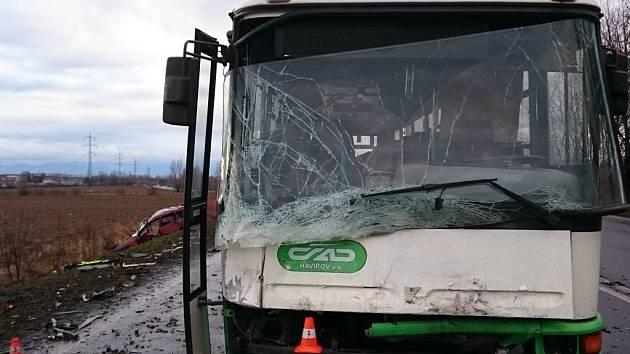 Následky srážky osobního automobilu Ford Focus s autobusem.