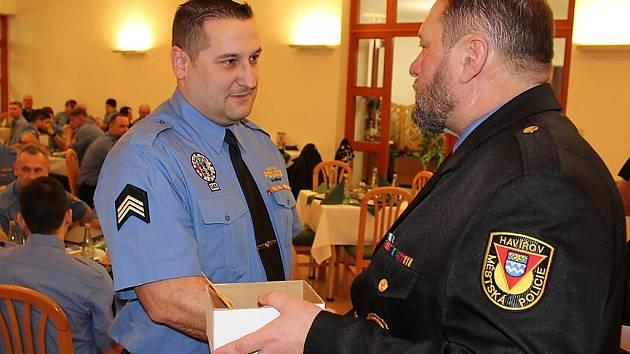Slavnostní ocenění strážníků MP Havířov. Ředitel Bohuslav Muras (vpravo) gratuluje Ivo Mrázkovi, který byl vyhlášen jako strážník roku 2016.