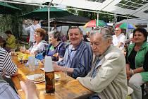 Zástupci radnice slavnostně předali seniorům rozšířenou a upravenou zahradu v Klubu seniorů Karviné-Hranice.