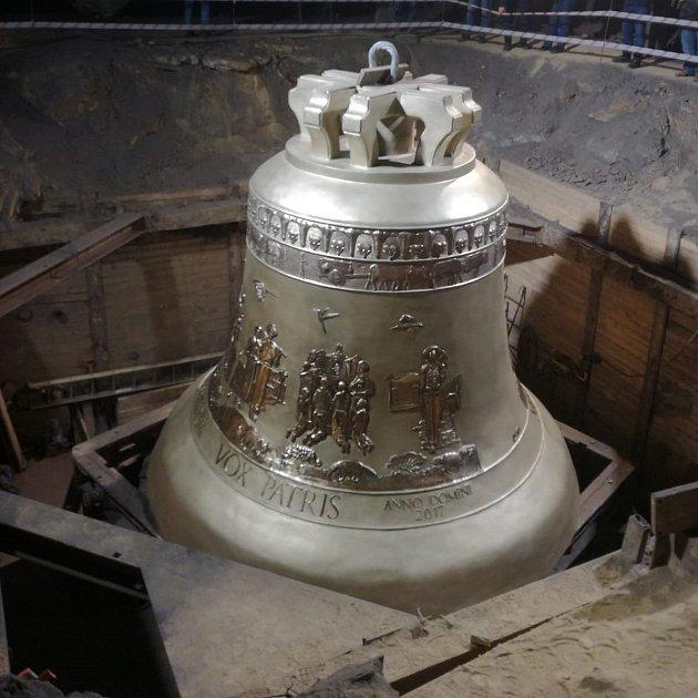 Karvinští farníci si prohlédli největší zvon na světě, který odlili zvonaři vpolském Krakově.