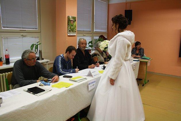 Volička - nevěsta a nyní už mladá paní Lída Martinů stihla vsobotu nejen říci 'ANO' svému vyvolenému, ale ivhodit svůj hlas do urny.