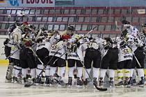 První finálové klání hokejistek mezi Karvinou (v bílém) a Slavií.