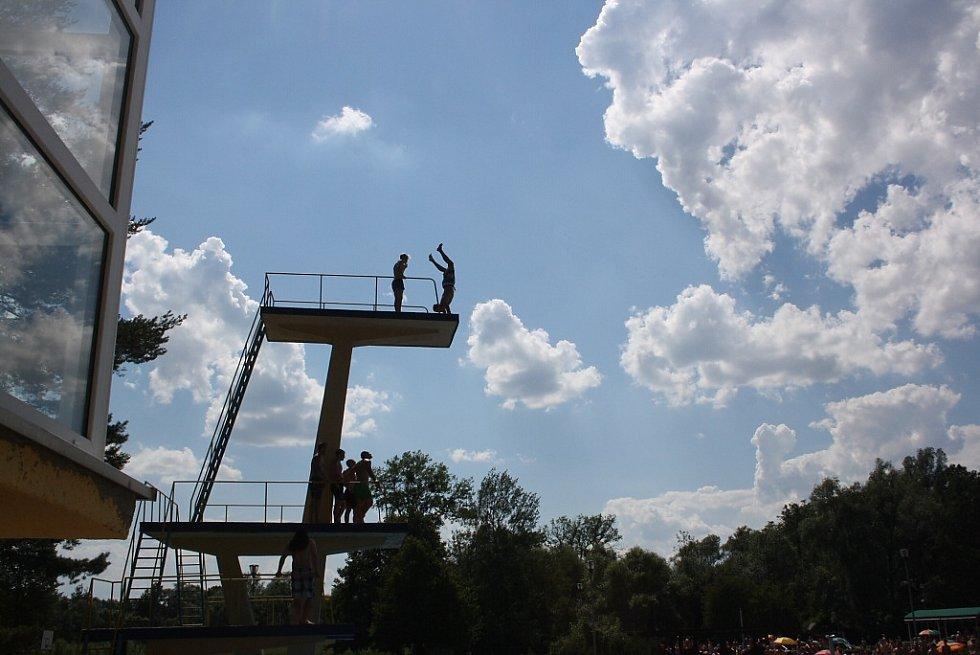 Trénink skokanů na věži havířovského koupaliště.