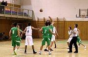 Karvinští basketbalisté (v bílém) v duelu se Šumperkem prohráli.