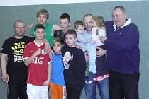 Karvinská výprava v Mělníku. Přední řada zleva trenér Miterko, Plachetka, Hruška, Nowak, zadní řada zleva Stambolidis, Volák, trenér Gašpar se svými dvojčaty, hlavní trenér Nevrla.