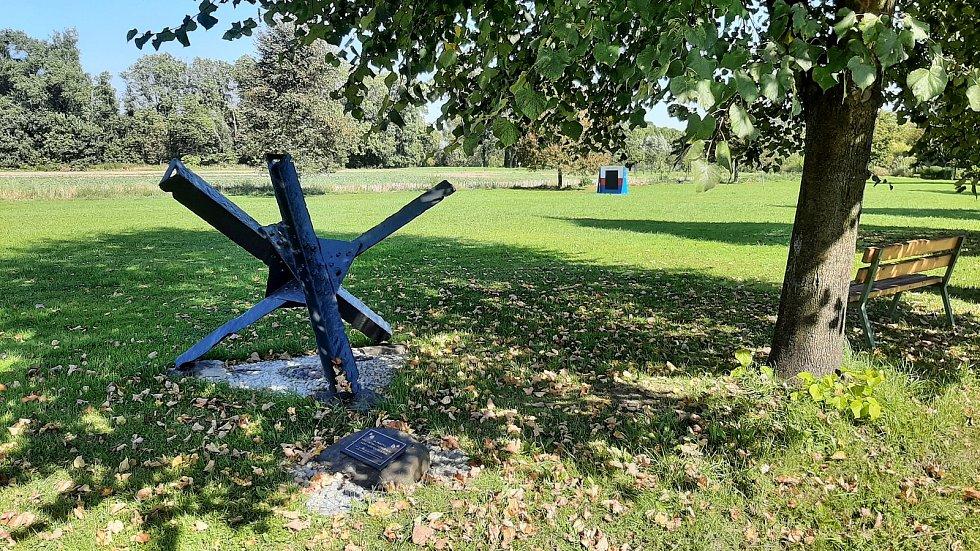 Bohumín-Kopytov. Tento kříž vytáhli kopytovští hasiči v roce 2019 z řeky Olše. Je z něj památník válečným obětem.