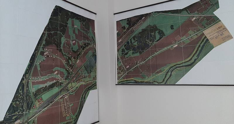 Karviná-Louky. Z původní obce zbylo torzo poté, co její velká část padla v 80. letech za oběť těžbě uhlí. Nástěnná fotografie s maketou obce, jak vypadala v polovině minulého století.