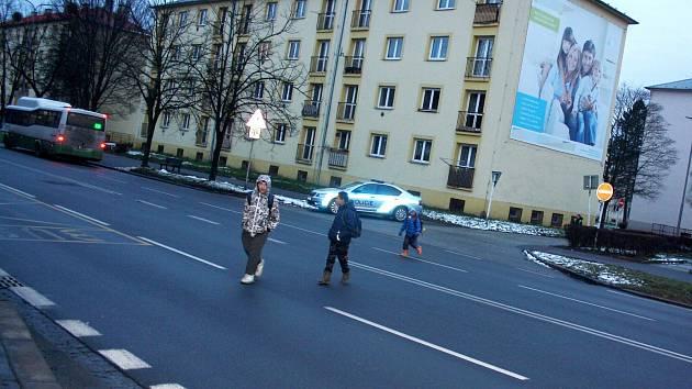 Chodci stále podceňují svou viditelnost na silnicích, odborníci by proto rádi změnili zákon o nutnosti nošení reflexních prvků.