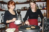 Ve stylové muzejní kavárně palačinky připravují přímo před vámi.
