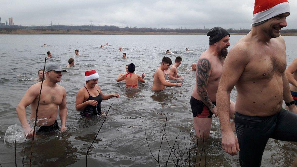 Vánoční koupání u Karvinského moře.