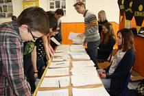 Maraton psaní dopisů pro organizaci Amnesty International organizovala ve středu i karvinská pobočka této organizace, která pracuje při místním gymnáziu.