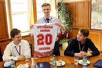 Primátorka Havířova Jana Feberová přijala a odměnila úspěšné studenty Střední průmyslové školy stavební Havířov za vítězství v republikové florbalové soutěži.