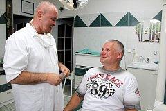 Jiří Kajínek se v Havířově setkal se svým známým, zubařem Jindřiškem Dolanským, který ho dříve ošetřoval v karvinské věznici.
