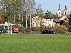 Panorama fotbalu ve staré Orlové tvoří kostel Narození Panny Marie.