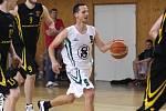 Basketbalisté Karviné (v bílém) porazili doma Podolí.