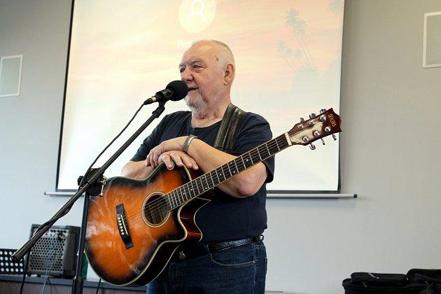 Jan Kryl připomněl studentům boj za svobodu formou písní ipříběhů.