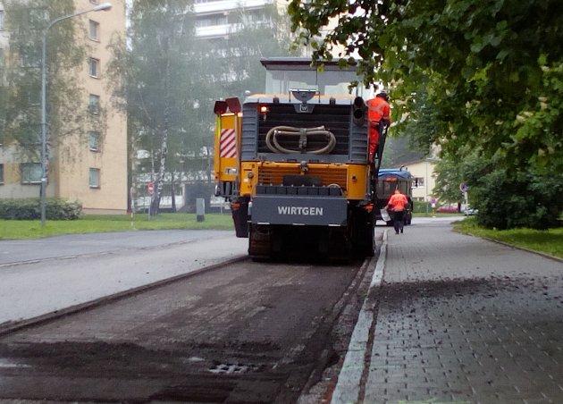 Frézování karvinských ulic začalo podle plánu ve čtvrtek.