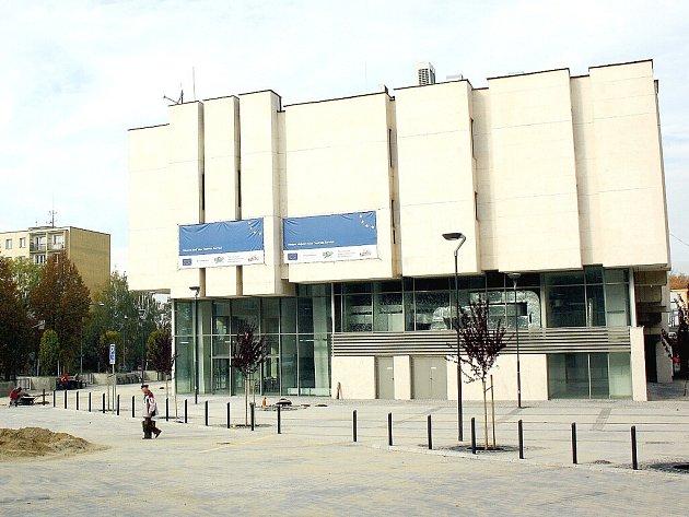 Karvinské kino Centrum nemá předepsanou ventilaci a nová opěrná zeď před budovou se naklání.