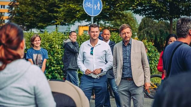 Karvinsko má nového poslance za STAN. Je jím karvinský podnikatel Petr Letocha (uprostřed ve světlé košili).