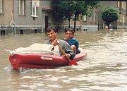Nafukovací čluny byly během povodní v bohumínských ulicích zcela běžným dopravním prostředkem.