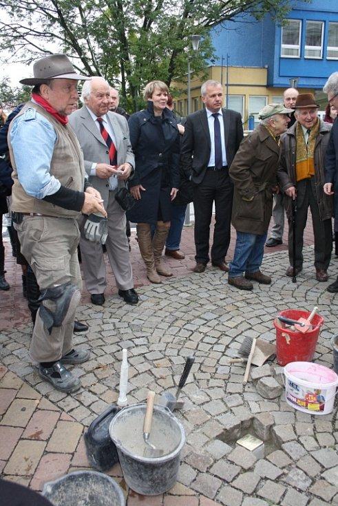 Před budovou čítárny a kavárny Noiva byl do dlažby vsazen kámen připomínající zakladatelku kavárny Rozálii Wiesner, která v červnu 1942 zahynula v koncentračním táboře v Osvětimi.