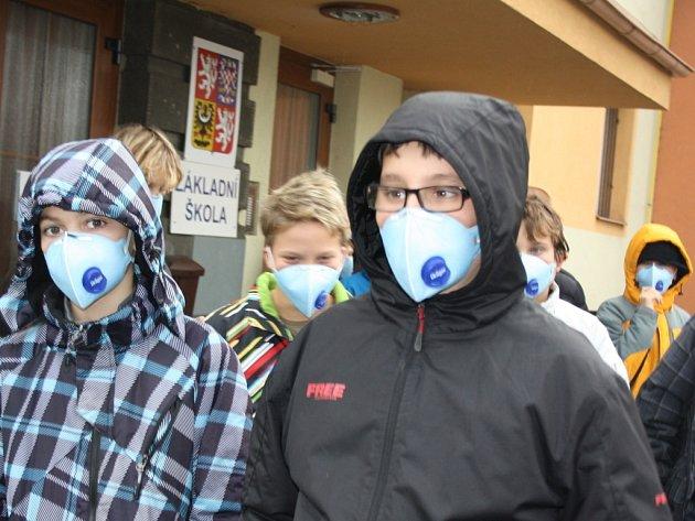 Školáci ve Stonavě na Karvinsku chodí v době smogové inverze s respirátory.