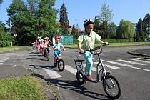 Děti prvního stupně základních škol v Českém Těšíně chodí pravidelně na výuku na dopravní hřiště.