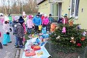 Děti z MŠ Balzacova v Havířově-Podlesí přinesly psům v útulku vánoční dárky.