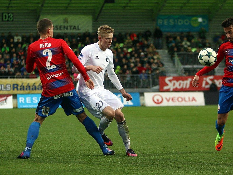 Filip Panák (v bílém) odehrál proti Plzni skvělý zápas. Z výsledku byl však zklamán.