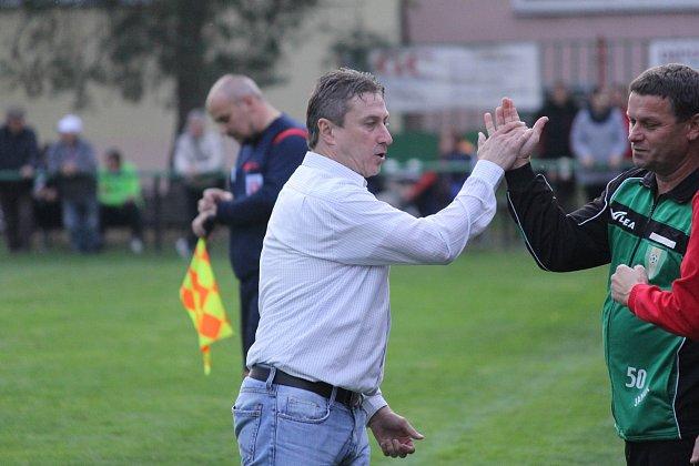 Zdeněk Menoušek se raduje. Jeho tým vAlbrechticích vyhrál.