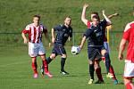 Fotbalové derby o vedení v kraji zvládly v Orlové lépe Dětmarovice (v modrém).