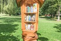 Vyřezávaná knihovnička v hornosušském parku.